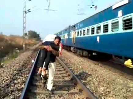 VIDEO : इस जवान को आप भी करेंगे सैल्यूट, ट्रेन से गिरे घायल को 1.5 KM कंधे पर लेकर दौड़ा