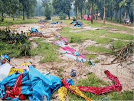 17 गरीबों के आशियाने तोड़े, बारिश में पेड़ के नीचे काट रहे दिन