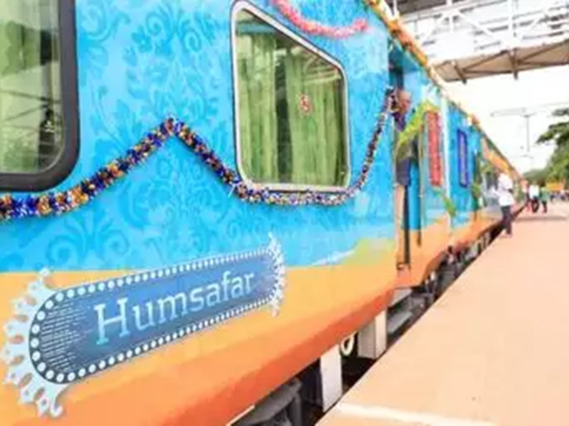 Humsafar Trains: रेलवे ने हमसफर ट्रे्नों से फ्लेक्सी फेयर हटाया, लगेंगे स्लीपर कोच