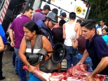 वेनेजुएला में भूखे लोग दुकानों को लूट रहे