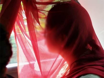 पड़ोस में टीवी देखने गई महिला की पति ने कर दी पिटाई