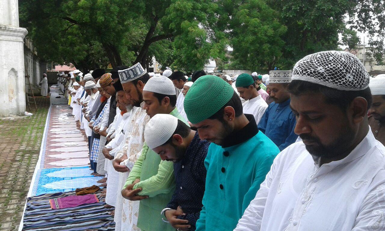 विशेष नमाज के बाद दी ईद की मुबारकबाद