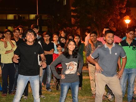 मैनेजमेंट की पढ़ाई के साथ डांस और म्यूजिक सीख रहे छात्र