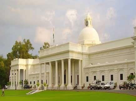 IIT Roorkee के प्रोफेसर पर सूचना छिपाने के लिए 25 हजार रुपए का जुर्माना