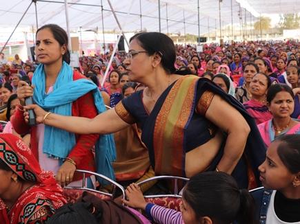 मंत्री इमरती देवी से आंगनबाड़ी कार्यकर्ता बोली-आप कितना पढ़ी हो तो छीन लिया माइक