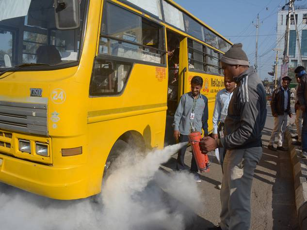 इंदौर बस हादसा : स्कूल वाहनों पर कार्रवाई, बच्चे हुए परेशान