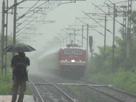 मुंबई : बारिश के कारण फंसी वडोदरा एक्सप्रेस, NDRF की मदद से निकाले गए