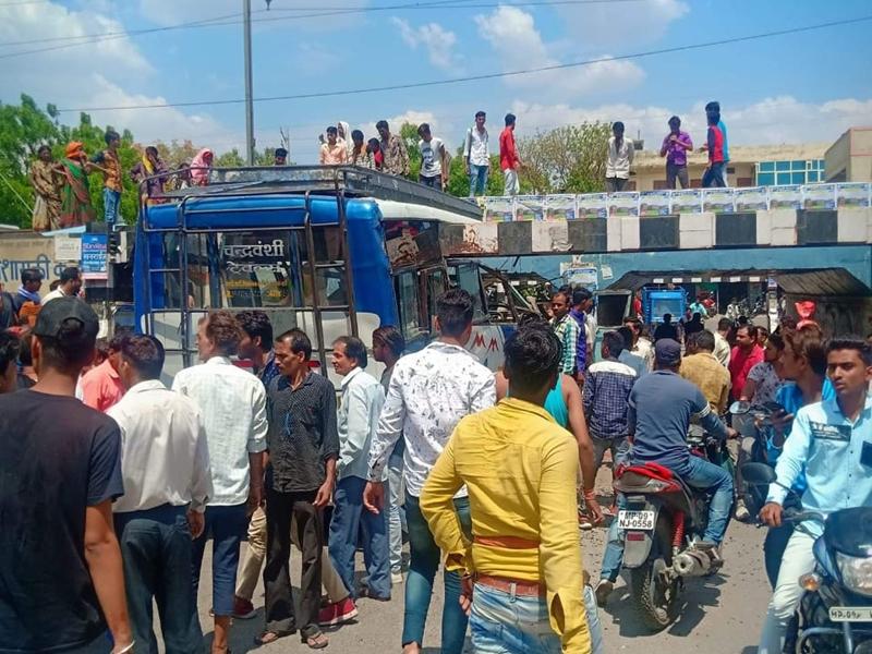 Madhya Pradesh : उपनगरीय बस अनियंत्रित होकर रंगवासा के पास रैलिंग में घुसी, 6 घायल