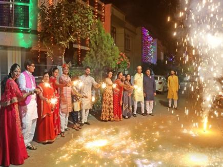 दिन ढलते ही फैला खुशियों का उजियारा, सुख-समृद्धि के लिए देवी लक्ष्मी की पूजा