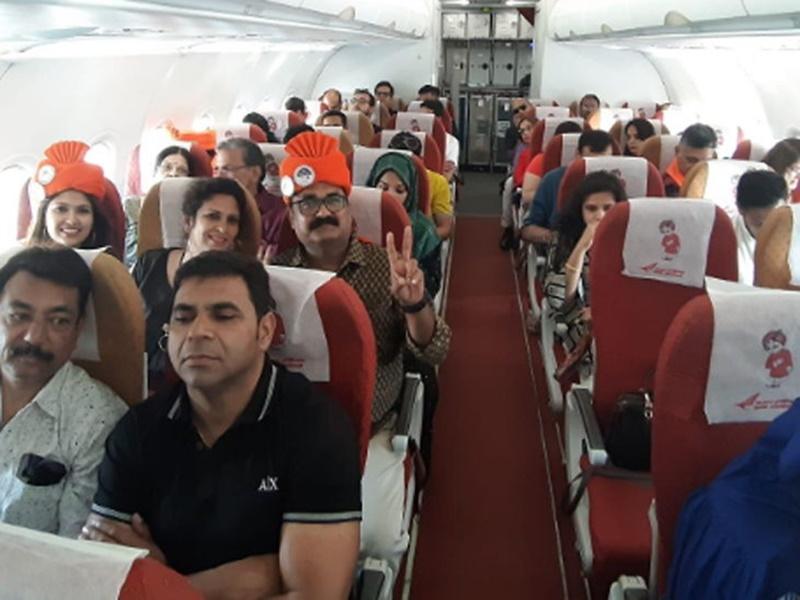 Indore-Dubai Flight में कम पड़ा शाकाहारी भोजन, यात्रियों से कहा- एडजस्ट कर लें