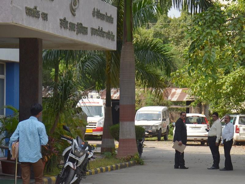 इंदौर आई अस्पताल पर प्रशासन ने लिया कब्जा, संचालकों ने निकाला सामान