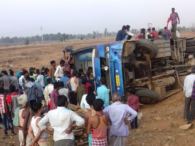 Damoh News : इंदौर से गुन्नौर जा रही बस पलटी, 15 यात्री घायल