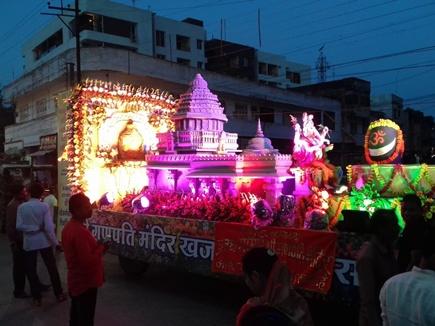 VIDEO इंदौर की सड़कों पर निकला नयनाभिराम झांकियों का कारवां