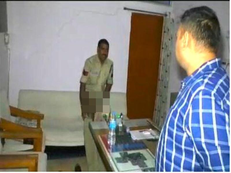 Indore News : थाने में वर्दी उतारकर सो रहे थे पुलिसवाले, SP को देखकर हो गया ऐसा हाल