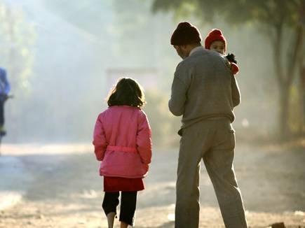 Indore News: मौसम में आई ठंडक, बुजुर्ग व बच्चे सर्दी-खांसी की चपेट में