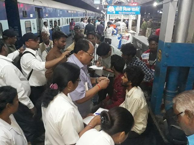 VIDEO : गोरखपुर एक्सप्रेस में 40 से ज्यादा यात्रियों को फूड पॉइजनिंग, नागपुर में किया उपचार