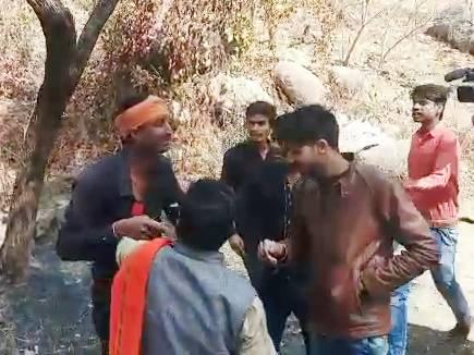 VIDEO : जबलपुर में वैलेंटाइन डे पर युवक-युवतियों के साथ बदसलूकी