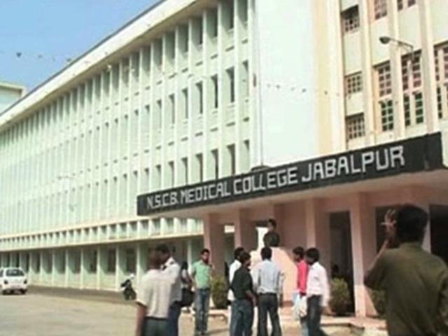 Jabalpur : दो घंटे तक नहीं मिल पाया स्ट्रेचर, एम्बुलेंस की ऑक्सीजन भी खत्म, दिव्यांग बालक की सांंस टूटी