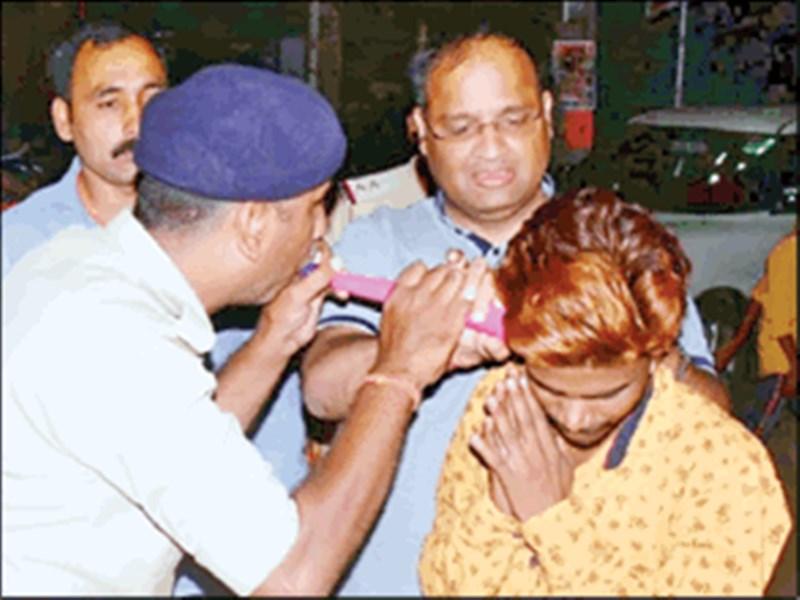 Jabalpur Police : जबलपुर पुलिस ने सिखाया सबक, युवकों के कान में बजाई पुंगी