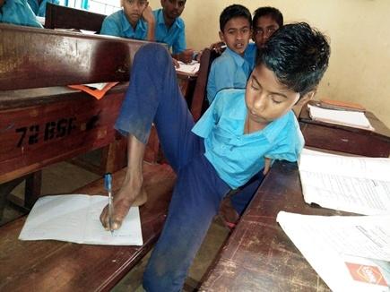 जगन्नाथ के हौसले को सलाम, दोनों हाथ नहीं, पैरों से लिख आठवीं तक पहुंचा