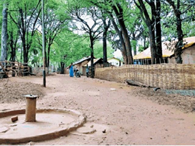 Jagdalpur News : दो साल से गड्ढे का पानी पी रहे 50 परिवार के लोग