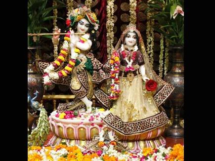 जन्माष्टमी पर यहां मंदिर के साथ दरगाह भी सजाई जाती है