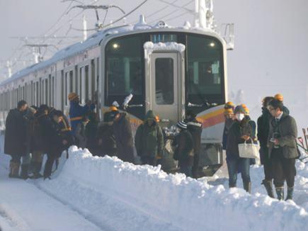 जापान में भारी बर्फबारी, रातभर ट्रेन में फंसे रहे 430 यात्री