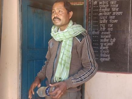 वीडियो : जशपुर जिले में शराब के नशे में धुत शिक्षक बोतल लेकर कक्षा में पहुंचा
