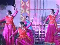इंदौर : जत्रा में नृत्य प्रस्तुति के साथ व्यंजनों का आनंद