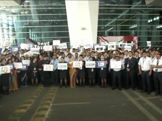 Jet Airways Crisis: जेट कर्मचारियों का एयरपोर्ट पर प्रदर्शन, बकाया वेतन देने की मांग