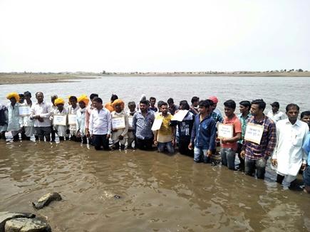 झाबुआ जिले में 150 किसानों ने किया जल सत्याग्रह