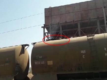 मालगाड़ी पर चढ़कर सेल्फी लेना पड़ा भारी, देखें रोंगटे खड़ा करने वाला VIDEO