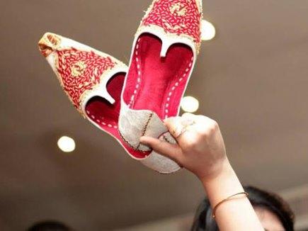 यहां शादी से पहले ही चोरी हुए दूल्हे के जूते, सालियों की बजाय इस शख्स ने दिखाया कमाल