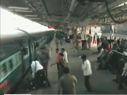 VIDEO: चलती ट्रेन से लटक गया था ये लड़का, TT ने ऐसे बचाई जान