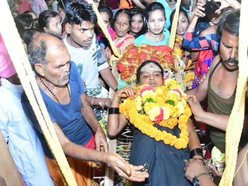 कांटों के झूले पर विराजी काछनदेवी, राज परिवार ने मांगी दशहरा मनाने की अनुमति