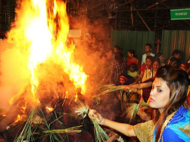 Madhya Pradesh: 70 लाख कंडों से जलीं 6700 होलिकाएं, 5700 क्विंटल लकड़ी बची