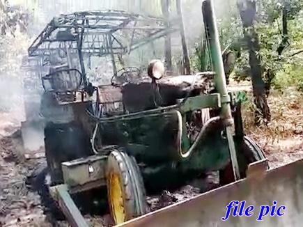 Chhattisgarh: नक्सली फिर सक्रिय, सड़क निर्माण में लगे वाहन जलाए, मजदूरों को भी पीटा