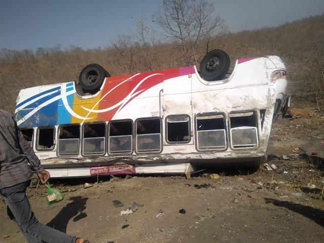 Madhya Pradesh : देवास जिले के कन्नौद के पास बस पलटी, 30 यात्री घायल