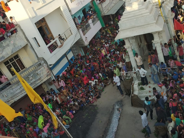 Holi 2019 : मध्यप्रदेश के करवड़ में धधकते अंगारों पर से गुजरे लोग, उमड़ा श्रद्धालुओं का सैलाब