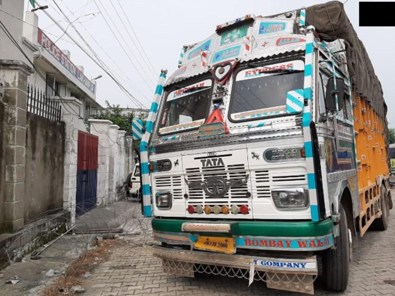 जम्मू कश्मीर पुलिस को मिली सफलता, कठुआ में हथियार और गोला बारूद ले जा रहे ट्रक को पकड़ा