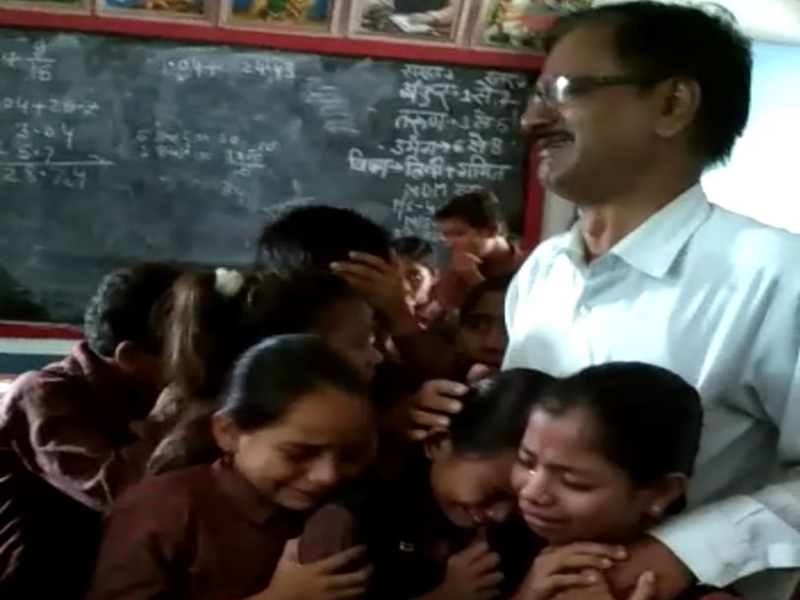 Madhya Pradesh : शिक्षक का हुआ तबादला तो फूट-फूटकर रोए विद्यार्थी, देखें वीडियो