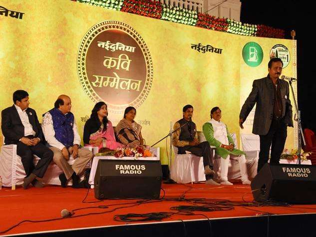 नईदुनिया कवि सम्मेलन में ख्यात कवियों ने समां बांधा, खूब बटोरी तालियां