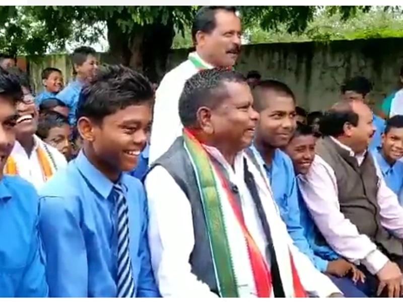 बच्चों से बोले मंत्री कवासी लखमा, बड़ा नेता बनना है कलेक्टर-SP की कॉलर पकड़ो