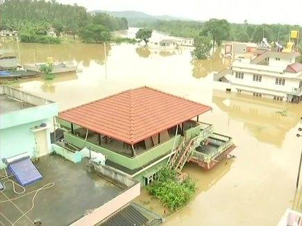 केरल : बाढ़ प्रभावित इलाकों का हवाई दौरे पर प्रधानमंत्री, राज्यों ने बढ़ाया मदद का हाथ