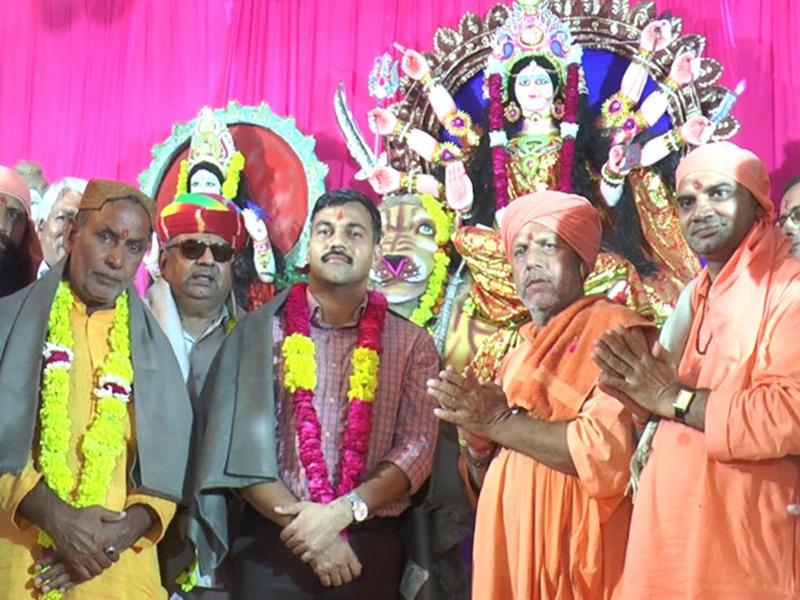 Jhunjhunu Dargah: झुंझुनूं दरगाह के गद्दीनशीन ने भगवा पहनकर मां दुर्गा की आरती की