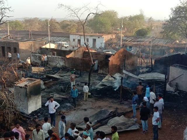 Khandwa : गैस टंकी से भड़की आग, वन ग्राम आंवलिया नागोतार में15 मकान जले
