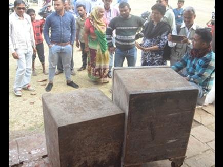 Madhya Pradesh: भूतिया बंगले में मिलीं 2 तिजोरियां, देखने के लिए उमड़ पड़े लोग