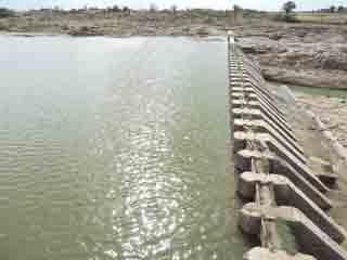 मानसून को चुनौती दे रहा कुंदा नदी का बैराज, लोगों को राहत