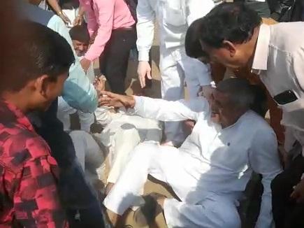 VIDEO : रस्साकशी में टूटा रस्सा, धड़ाम से गिरे विधायक, लगे ठहाके
