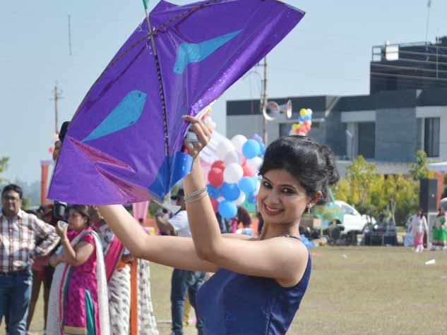 दे उडंची... इंदौर में काइट फेस्टिवल, उड़ी रंग-बिरंगी पतंगे
